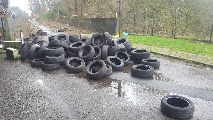 Ces pneus usés sont restés une bonne semaine à l'angle de la rue du Garde-Barrière et de la rue Chet à Montignies-sur-Sambre (Charleroi)
