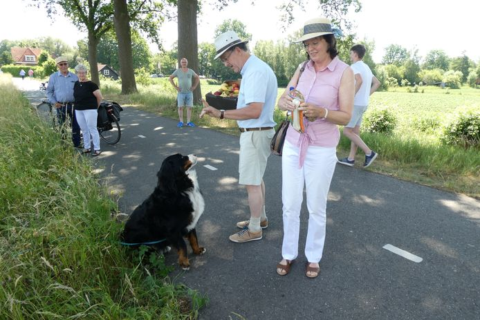 Kennissen komen fruit brengen en een bot voor hond Guus bij het vlot van Nancy van Heeswijk.