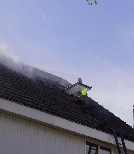Dak van woning in Waddinxveen in brand, dakdekkers gewond
