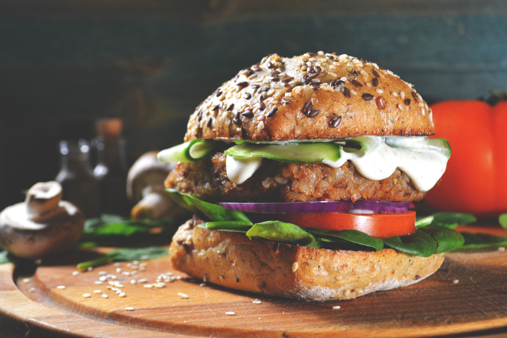Een vegaburger die vlees vervangt moet voldoende eiwitten bevatten.