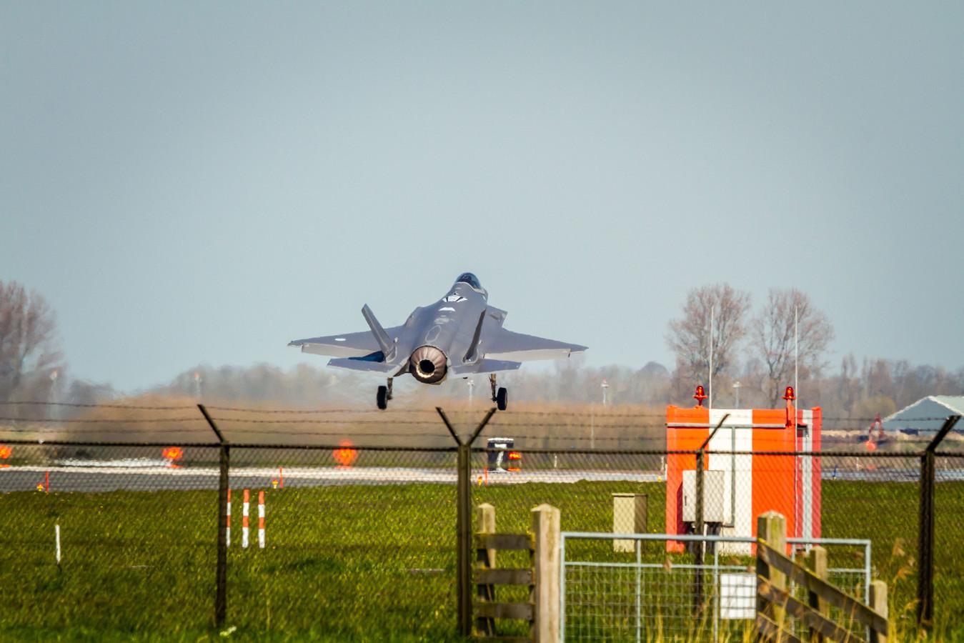 Een F-35 stijgt op van de vliegbasis in Leeuwarden. Het harde geluid van deze Joint Strike Fighter boezemt veel Friezen angst in.