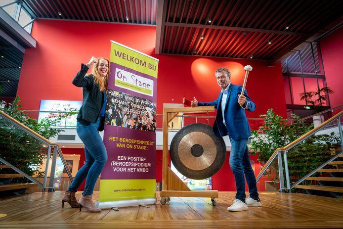 Josine de Vet en Erik van der Klei in het Pathé Theater in Ressen. Daar houden zij in maart de zevende versie van Betuwe on Stage, de beroepenmarkt voor vmbo-leerlingen uit Overbetuwe en Lingewaard.