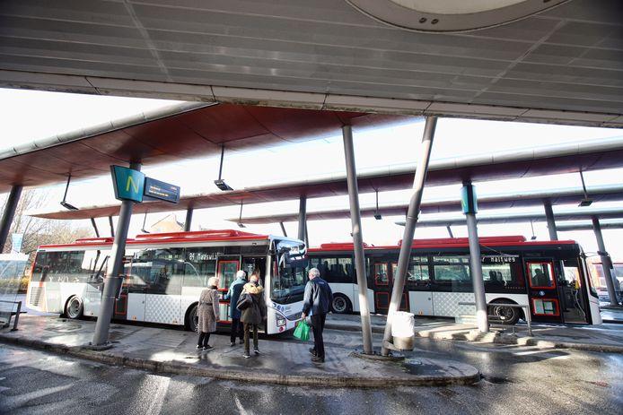 Mensen zullen soms langer op hun bus moeten wachten.