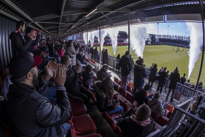 Supporters op de tribune tijdens de voetbalwedstrijd tussen Almere City FC en Cambuur afgelopen februari. De wedstrijd hoorde bij een reeks proefevenementen van Fieldlab.