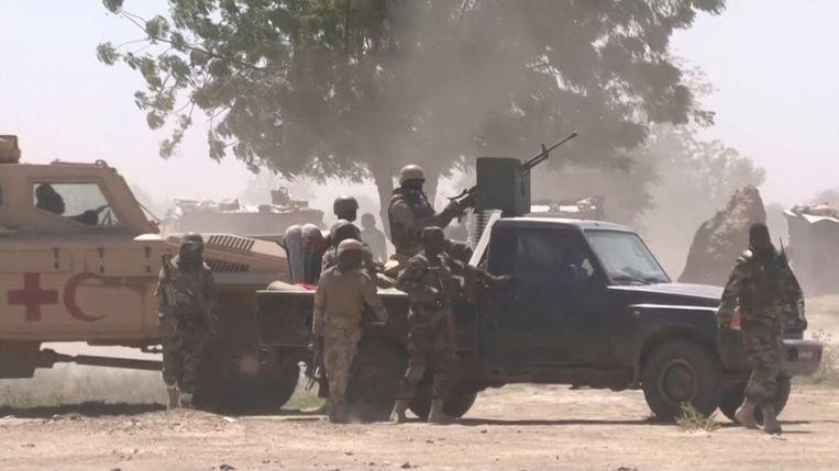 Soldaten van het leger van Tsjaad namen dinsdag strategische posities in in hoofdstad N'Djamena.  Beeld AFP