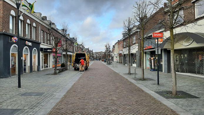 Een lege hoofdstraat in Schijndel, de meeste winkels zijn dicht vanwege corona. Online bestellen kan nog wel.