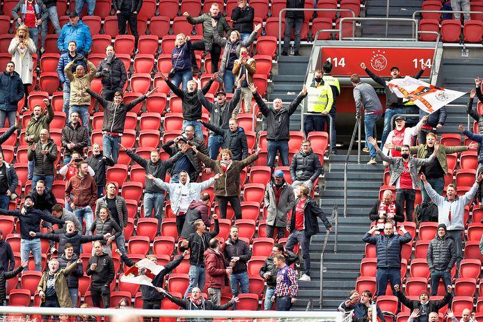 Supporters op de tribunes in de Johan Cruijff Arena.