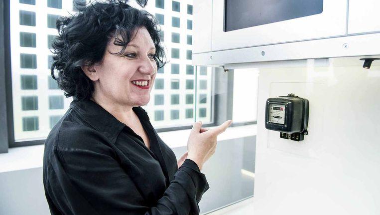 Minister Annemie Turtelboom (Open VLD) wijst in Milaan naar een energiemeter. In elke woning moet een slimme komen, die gezinnen helpen om te besparen Beeld Eric De Mildt