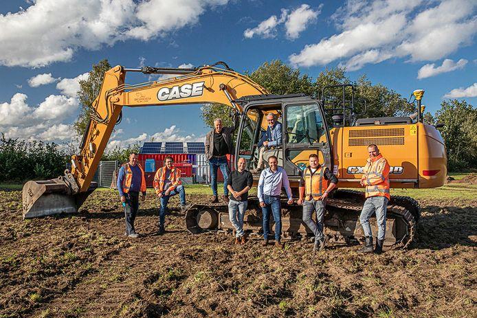 Het bouwteam en wethouder Louis Koopman bij de officiële start van het bouwrijp maken van de nieuwe fase van bedrijventerrein Stepelerveld.