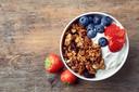 Serveer je ontbijt met fruit.