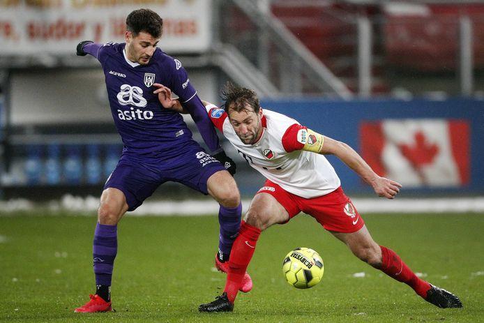Willem Janssen in duel met Sinan Bakis.