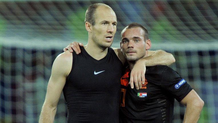 Arjen Robben (l) en Wesley Sneijder zoeken troost bij elkaar. Beeld epa