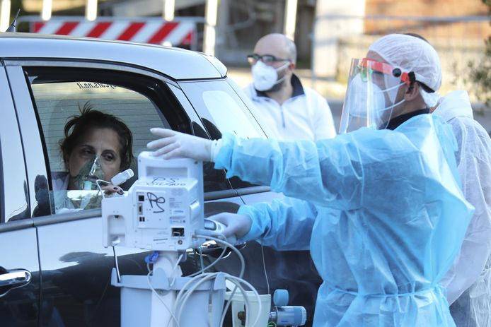 In Napels krijgen patiënten zuurstof toegediend in hun wagen.