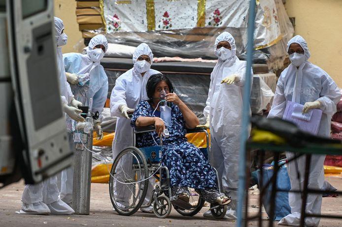 Un patiente transférée en unité de soins intensifs (Mumbai, Inde, 22 avril)