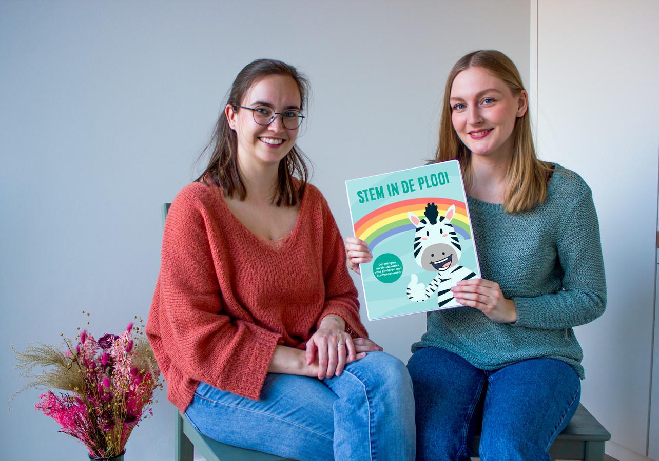 Charlotte en Nathalie met hun therapieprogramma voor kinderen met stemproblemen.