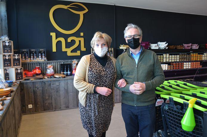 Hilde en Ignace van de H2i Foodmarket in Voorde (Ninove). In de naam van hun zaak zitten hun initialen verwerkt.