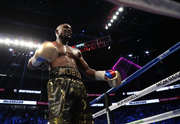 LAS VEGAS, NV - AUGUST 26:  Floyd Mayweather Jr. walks to his corner after a round in his super welterweight boxing match against Conor McGregor on August 26, 2017 at T-Mobile Arena in Las Vegas, Nevada.  (Photo by Christian Petersen/Getty Images) Beeld Getty Images