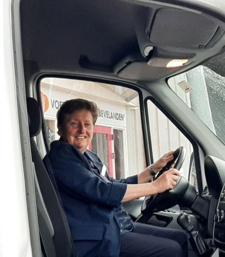 Nieuwe bus voor voedselbank De Bevelanden