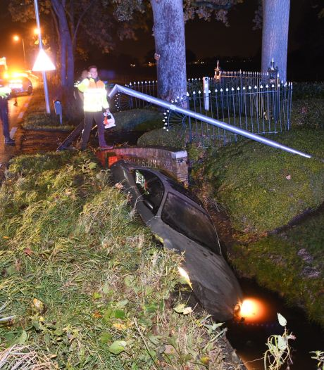 Lantaarnpaal wéér omver gereden op beruchte weg: auto belandt in sloot