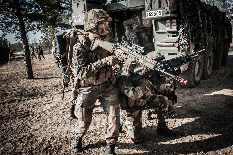 Onze militairen schieten in Litouwen met 'blankmunitie': er worden geen kogels afgevuurd, maar het geeft wel dezelfde knallen. Beeld © Bart Leye
