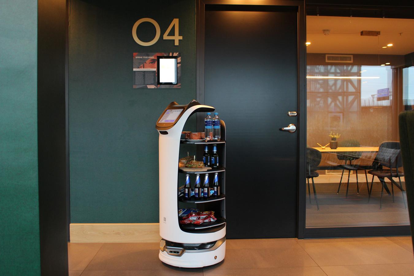 Robot 'Hetty' brengt de versnaperingen naar gasten in de kantoorunits van Van der Valk.