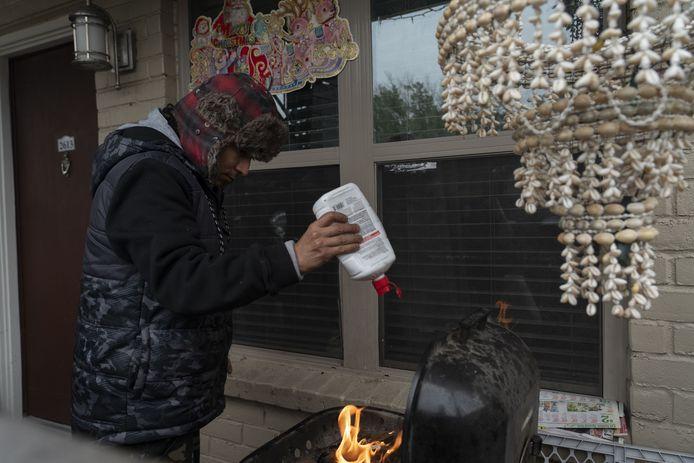 Victor Zelaya uit Houston probeert de barbecue aan te maken voor een beetje warmte.