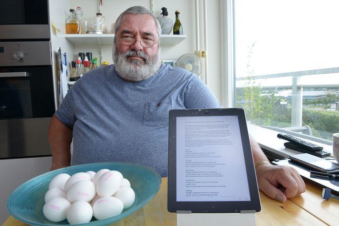 Cees Nieuwkerk samen met de verdachte eieren die nog over zijn van zijn aankoop en met het vermagerings dieet op de tablet. Foto Jan Stads / Pix4Profs