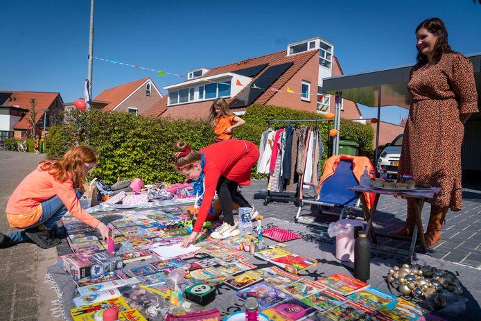 De kleedjesverkoop door Lara van Beem zelf, de initiatiefnemer van de markt.