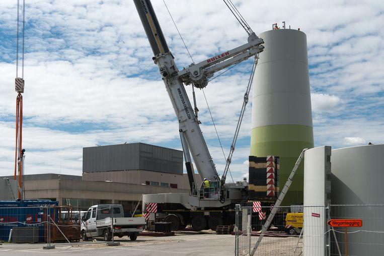 Gistermiddag stond de mast al deels recht. Eind september moeten de turbine klaar zijn.
