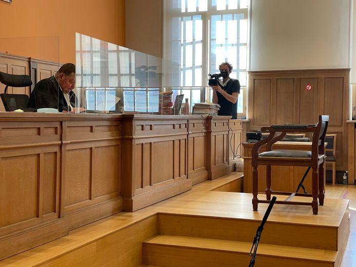 Drie camera's volgen op de achtergrond het reilen en zeilen op de correctionele rechtbank in Kortrijk.