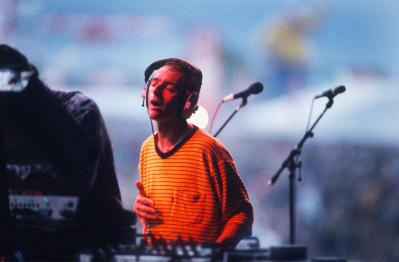 Karl Hyde op Torhout in 1996, toen 'Born Slippy' de festivalweides deed ontploffen. Beeld Getty Images