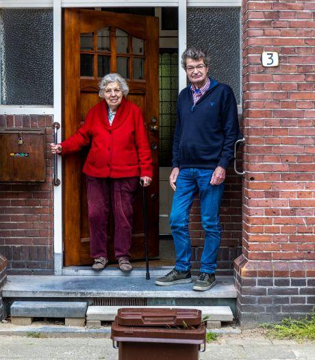 Strijdbare Joan (93) organiseert demonstratie tegen de afvalcontainer: 'Geef Utrecht de vuilnisman terug'