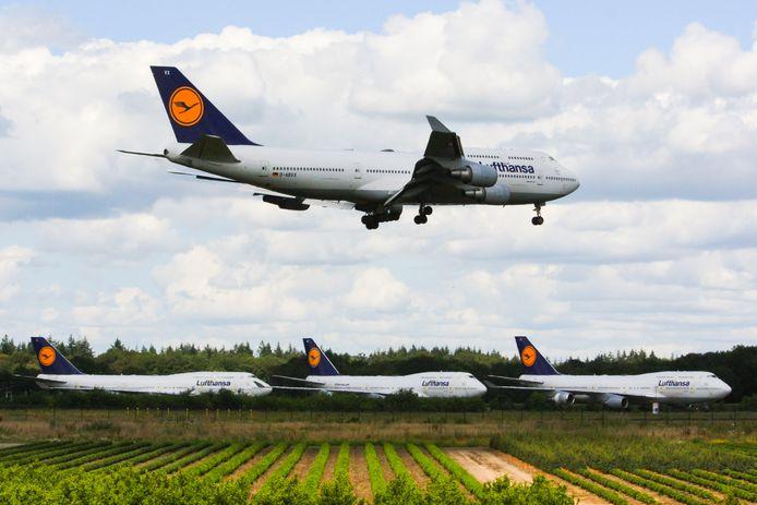 Op de achtergrond drie andere Boeings van Lufhansa die al in Enschede staan. Nummer vijf landde maandagmiddag.