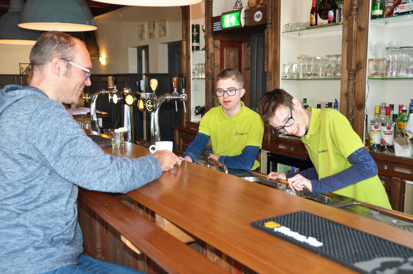 Rohalt Janssens met Sjors (midden) en Ferdy in eetcafé Hieriest.