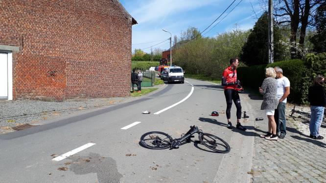 Bestuurster tractor rijdt door na botsing met wielertoerist en keert even later met wagen terug: slachtoffer in levensgevaar