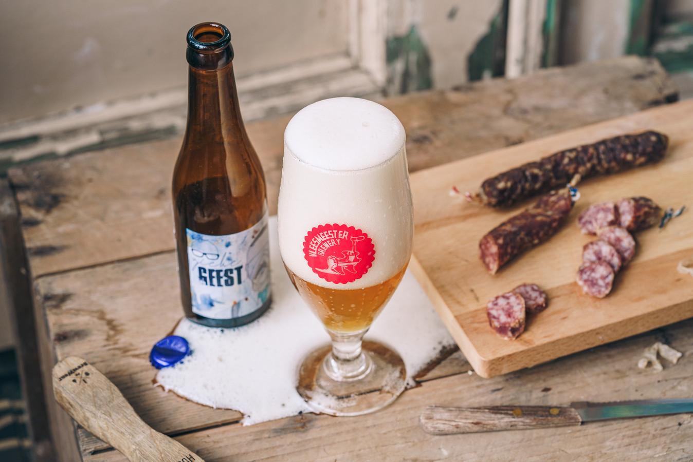 Het bier correct inschenken moet Geubels duidelijk nog leren.