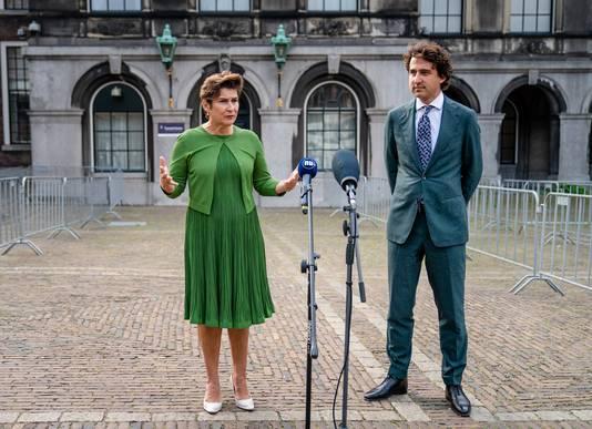 Lilianne Ploumen (Pvda) en Jesse Klaver (Groenlinks) na afloop van een gesprek met informateur Johan Remkes in de Stadhouderskamer.