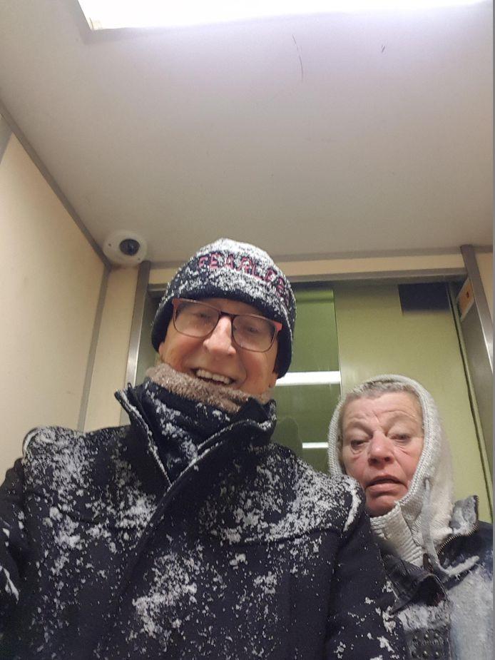 Cyriel en Marijke Haggenburg genieten van de sneeuw in Overvecht