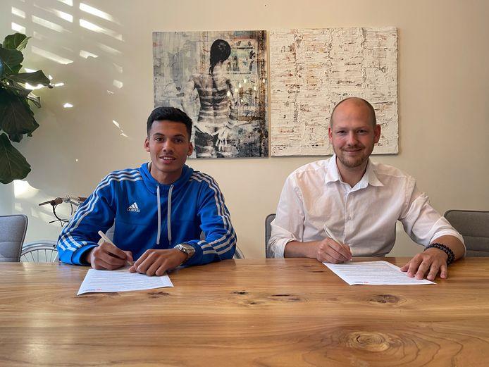 Yassine Mejres (links) en Paul Driessen (rechts) tekenen contract op Malta.