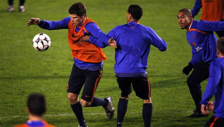 Klaas-Jan Huntelaar (met bal) bij Oranje: 'Toen ik mijn kans kreeg bij AC¿Milan, draaide het team niet en ik zelf ook niet. Nu loopt het wel en sta ik ernaast.' Foto ANP Beeld