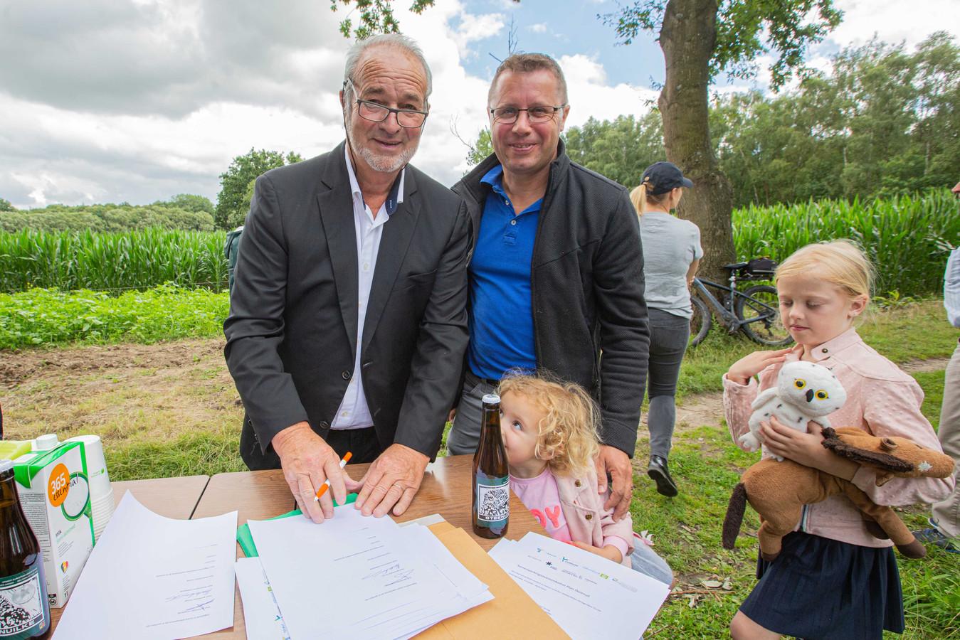 Steven Van Linthout (CD&V) en Michel Vanderhasselt (CD&V), burgemeesters van respectievelijk Liedekerke en Ternat, ondertekenden de overeenkomst.
