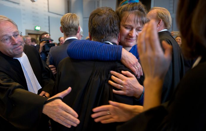 Marjan Minnesma (in blauw) reageerde vorig jaar dolblij op de uitspraak van de rechter dat Nederland in 2020 een kwart minder CO2 moet uitstoten dan in 1990.
