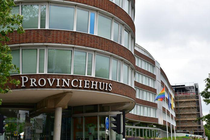 Bij het Provinciehuis in Den Haag hangt de regenboogvlag.