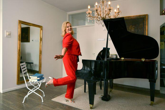 Claudia Patacca bij de vleugel in haar woonkamer. Het huis van de Oldenzaalse ademt muziek.