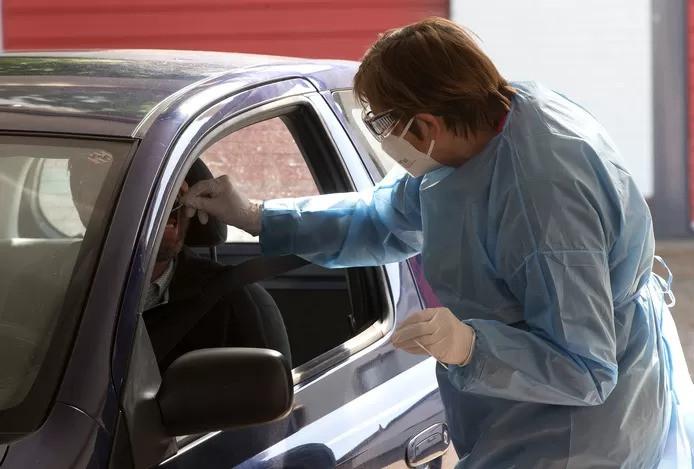 Irma Thus van de GGD neemt een bezoeker van de teststraat in Zelhem een test af. Archieffoto: Theo Kock