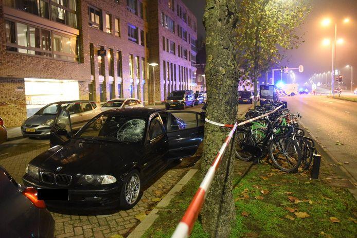 De auto stond geparkeerd op de parallelweg aan de Marnixlaan.