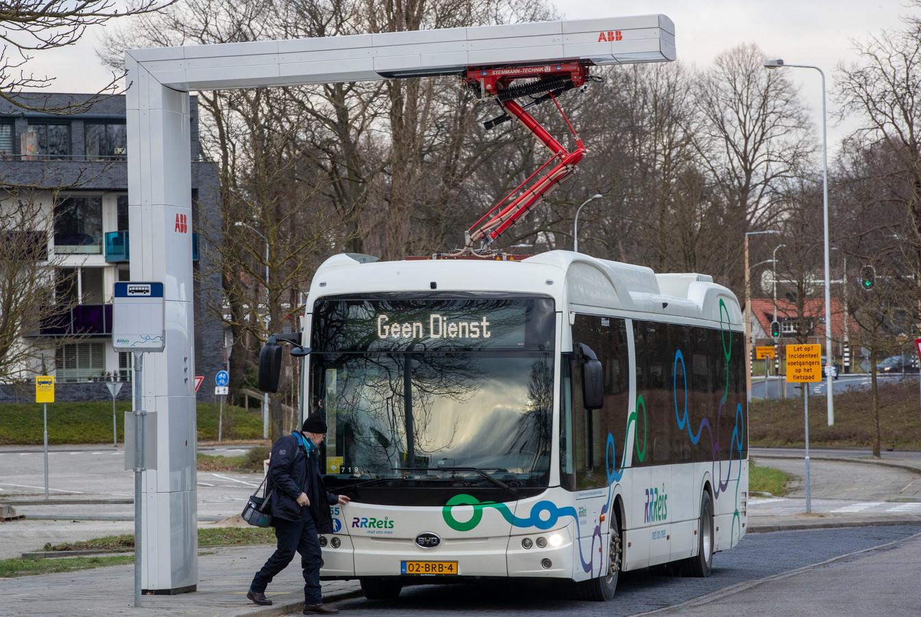 Elektrische bus van Keolis 'aan de lader'.