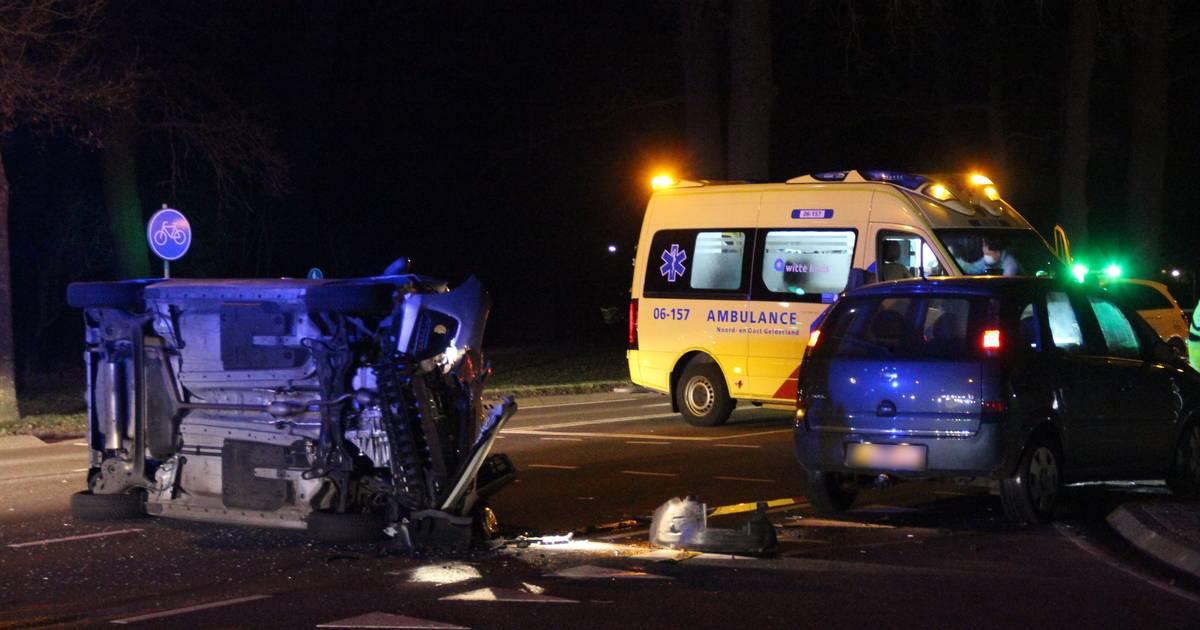 Gewonde bij botsing in Eibergen: auto belandt op z'n kant.