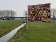 Zwarte Cross prikkelt met billboards met naakte mensen: 'Wij gaan voor groepsimmuniteit'