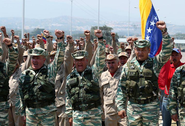 Leden van de nationale garde blokkeren de belangrijke Tienditasbrug tussen Venezuela en Colombia. Beeld EPA